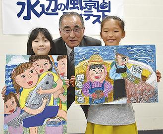 作品を手に笑顔の市川さん(左)と西中さん(右)