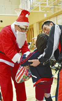 サンタからプレゼントを贈呈