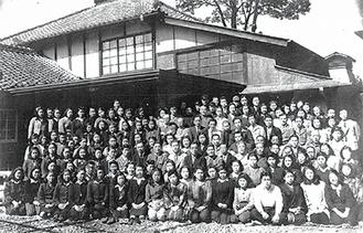 設立当時の全従業員(事務所の中庭で)