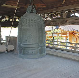 海源寺正門2階にある鐘