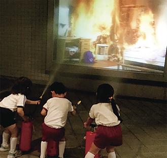 消火体験をする園児たち