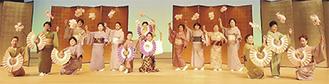 舞踊団体の代表者が集結し披露する「総踊り」
