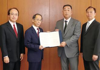 締結書をもつ弓倉宏久相模獣医師会会長(右から2番目)と内野優市長(右から3番目・市提供)