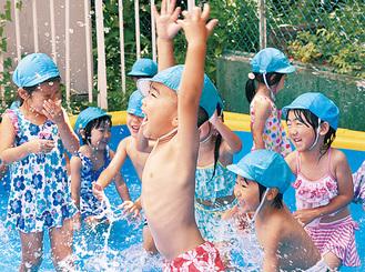 水を掛け合ってはしゃぐ園児たち