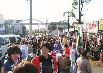 多くの人が訪れる朝市(以前の様子)