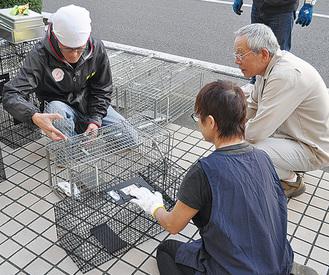 捕獲器の使用法を学ぶ会員