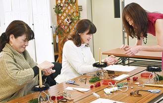 講師から制作方法を学ぶ参加者たち