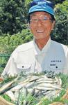 今年の試し釣りで釣り上げられたアユを手にする木藤代表理事会長