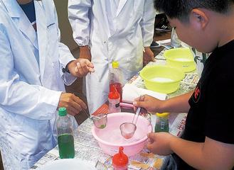 実験に取り組む小学生(過去の様子)