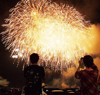 大空を彩る「綾瀬の花火」