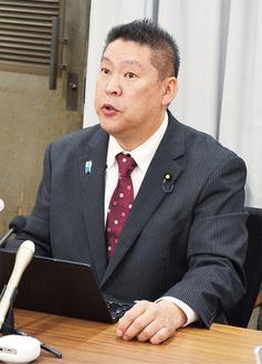 埼玉県庁で記者会見に応じる立花氏(28日)