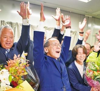当確を受け、支援者とともに万歳する内野氏(中央)