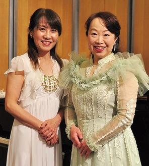 ピアノの清水さんと伊左次代表(右)