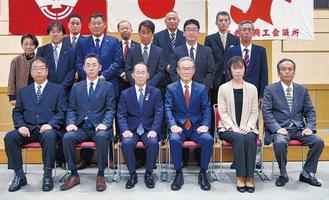 21日の表彰式に出席した事業所代表者や個人