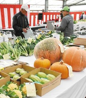 地元農家が生産する新鮮野菜が並んだ