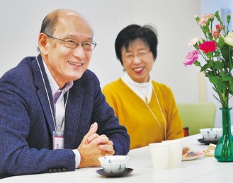 参加者の話をにこやかに聴く内山医師と倫子夫人。次回の「えびなメディカルカフェ」は総合福祉会館で2月8日(土)の午後2時〜4時に開催。参加無料。