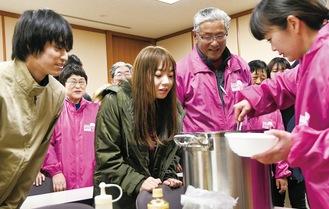 「たまには、大きな声で」の撮影で夕食を提供するブタロケ隊のメンバー=綾瀬市役所・議会棟