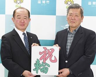 決定を発表した遠藤三紀夫市長(左)と近藤昭夫市大凧まつり実行委員長(座間市提供)