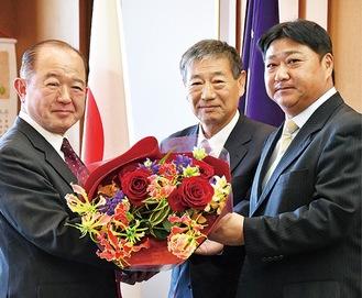 右から門馬監督、大金校長、遠藤市長=座間市役所