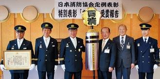 金のまといを手に受賞を報告した齋藤団長(中央 左)