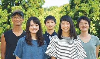 市井さんの家族 左が晴也さん =市井さん提供※右下と2枚