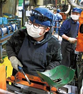 生産ラインで働く社員 =栄和産業第5工場