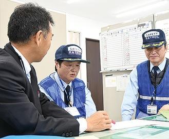 打ち合わせをする久留島さん(写真中央)