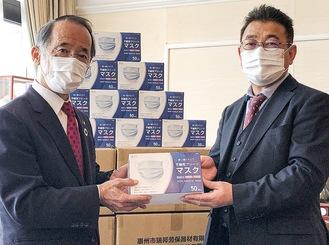 マスクを手渡す東海林春男社長(右)左は内野優市長