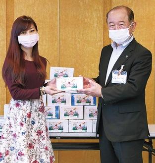 遠藤市長にマスクを手渡す大岡さん(左)