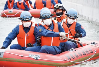 ゴム製の水難救助用ボートで操舵、救助訓練を行った
