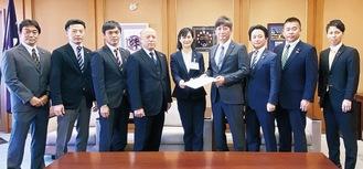 11月4日、佐藤市長に政策提言書を手渡しました