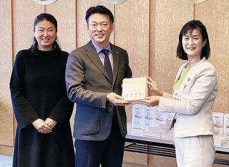 佐藤市長、鏑木社長、同社広報の鏑木直子さん(右から)