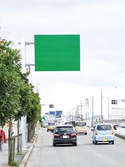 東京方面入口の500m手前にある緑色の看板=綾瀬市寺尾西、奥は藤沢方面