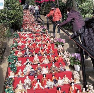 石段に飾られたひな人形