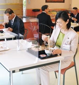 開店前に市幹部らと試食に訪れた佐藤市長(右)