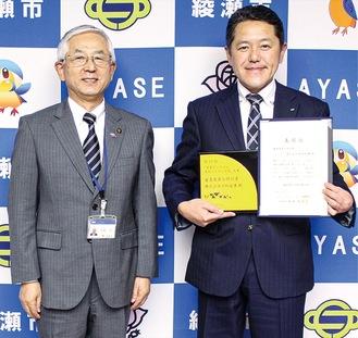 古塩市長に受賞を報告する伊藤社長(右)