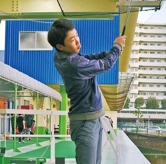 練習する山崎選手=サンプラス杉久保ゴルフガーデン