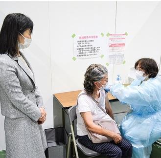 接種の様子を視察する佐藤市長(左)