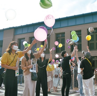 フェスの締めくくりに風船を飛ばす参加者