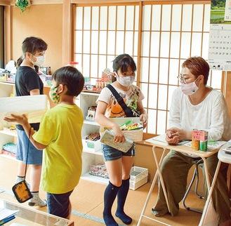阿部さんとお菓子を選ぶ小学生