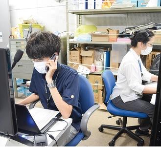自宅療養者に健康確認の電話をする市職員
