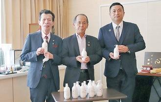 消毒液を寄贈した若林将孔社長(左)