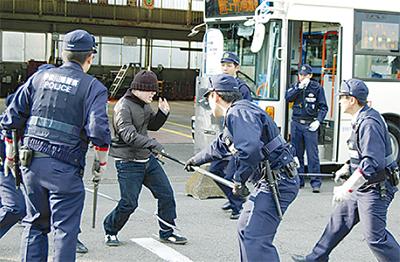 バス襲撃想定し訓練