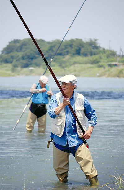 「香魚」求め糸垂らす