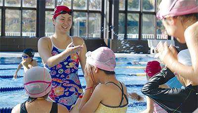 柴田亜衣さんが市内で水泳教室