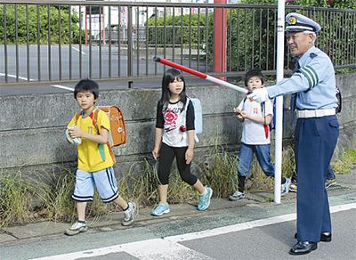 小学校周辺を警戒