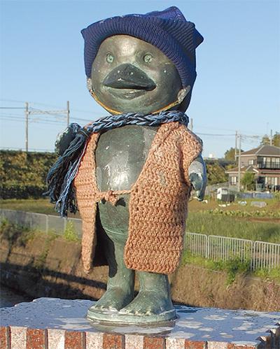 冬の到来告げる河童像