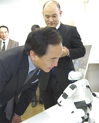 特区発のロボット公開