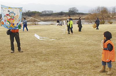 三川公園で凧揚げまつり
