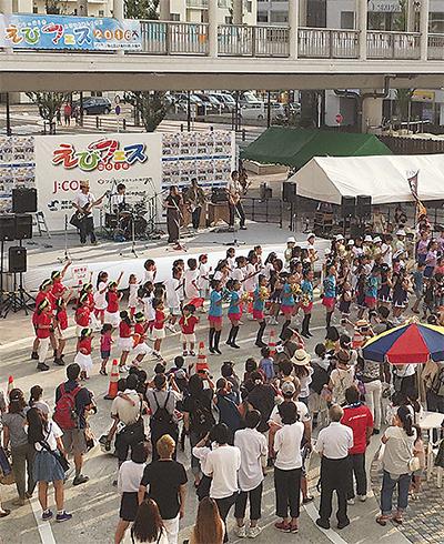 大勢の来場者が集まる海老名駅西口中心広場(写真は昨年)